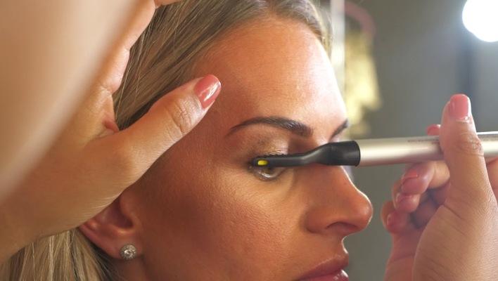 how to use heated eyelash curler